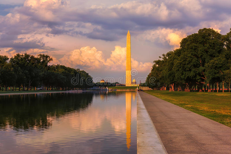 Sonnenuntergang reflektiert Washington Monument im Pool durch Lincoln Memorial, Washington, DC lizenzfreie stockbilder