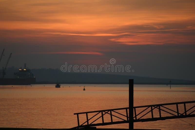 Sonnenuntergang reflektierte sich weg vom Wasser lizenzfreie stockbilder