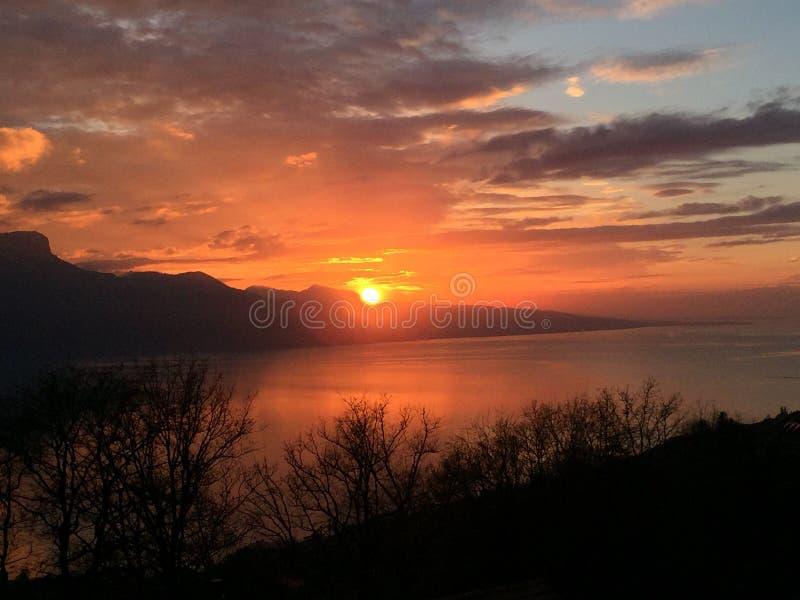 Sonnenuntergang-roter Himmel bewölkt See lizenzfreie stockfotos