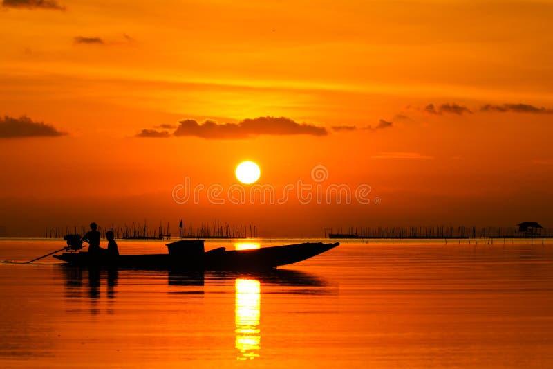 Sonnenuntergang in südlichem See Thailand. stockfotos