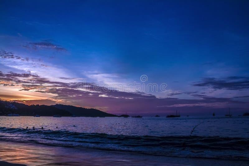 Sonnenuntergang am schönen Strand stockfotografie