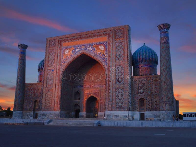 Sonnenuntergang schoss von Registan-Quadrat von Sher Dor Madrasah, Samarkand, Usbekistan stockbilder