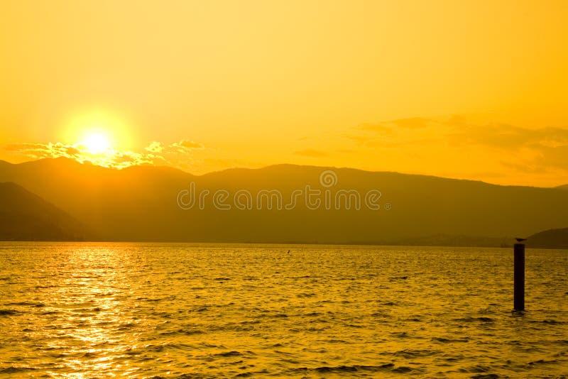 Sonnenuntergang in See Chelan lizenzfreie stockfotos