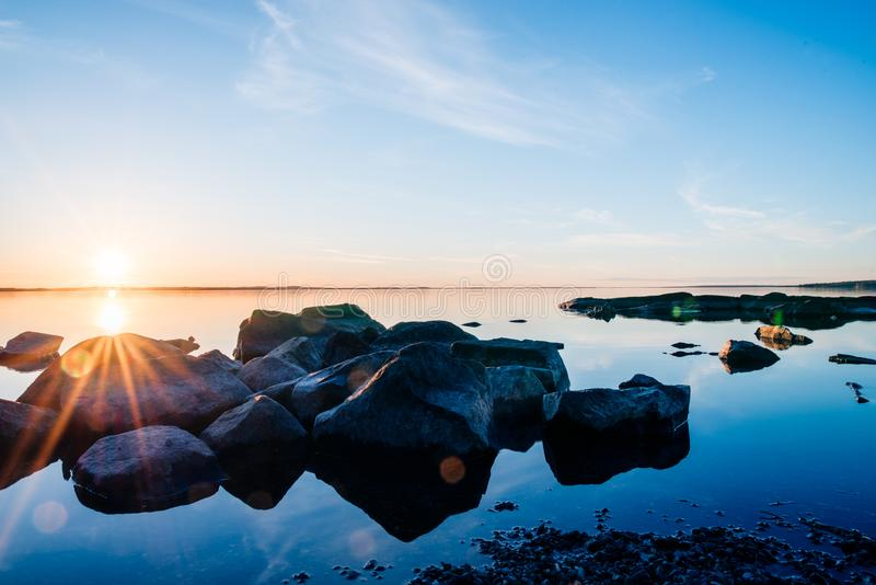 Sonnenuntergang am See in Tampere stockbild