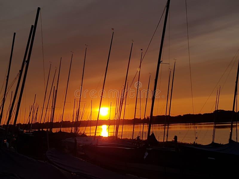 Sonnenuntergang am Segelnverein stockfotos