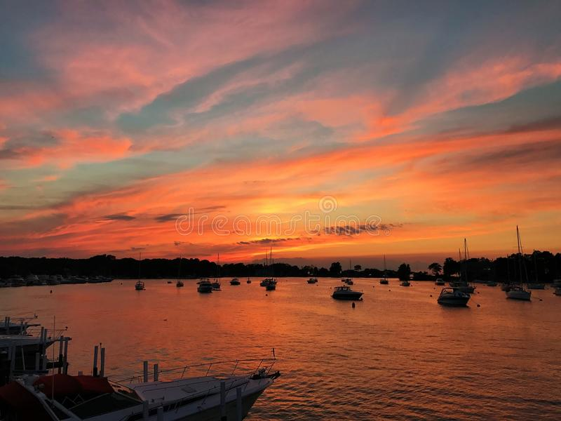 Sonnenuntergang-Setzen-in-Bucht stockfotos