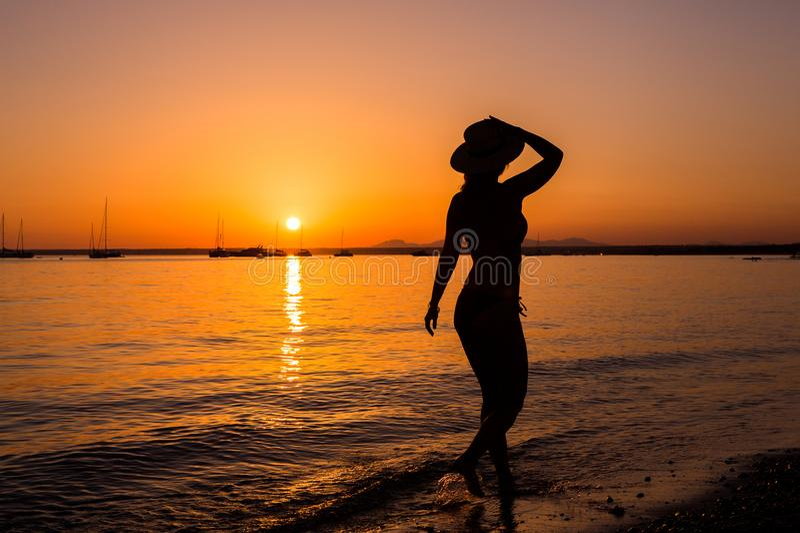 Sonnenuntergang, Sexy Frauenschattenbild Sorglose Frau
