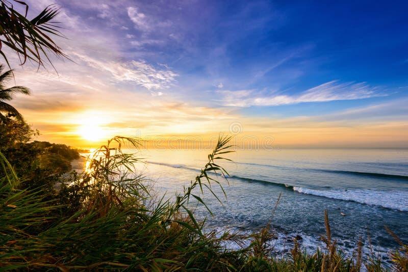 Sonnenuntergang-/Sonnenaufgangküstenlinie, punta mita, Mexiko stockfotografie