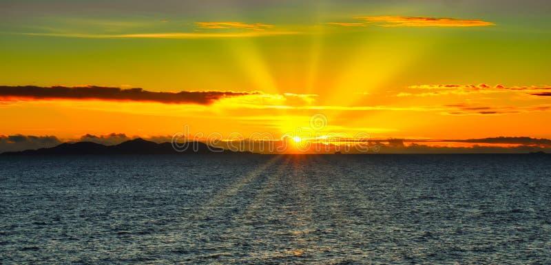 Sonnenuntergang-Sonnenstrahlen ?ber Malolo lizenzfreie stockfotografie