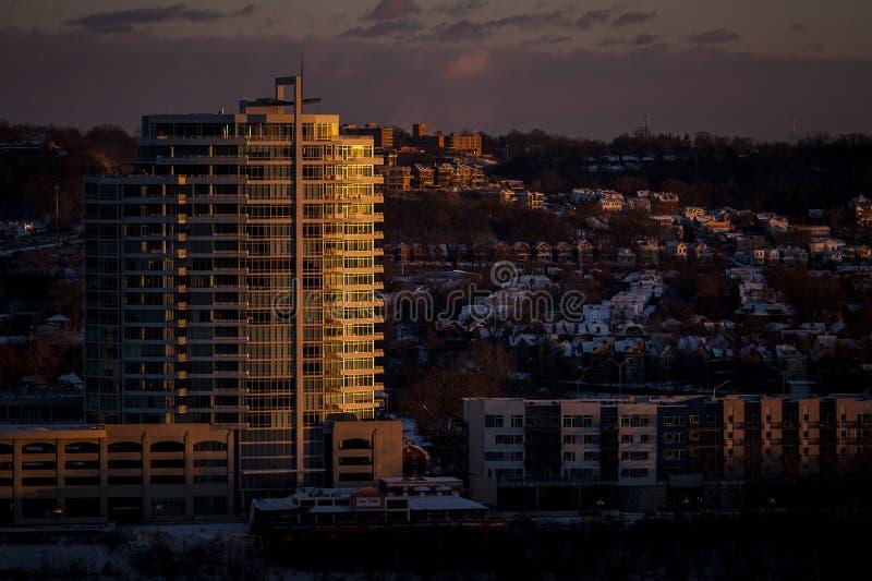 Sonnenuntergang an SouthShore-Turm - Newport, Kentucky lizenzfreie stockbilder