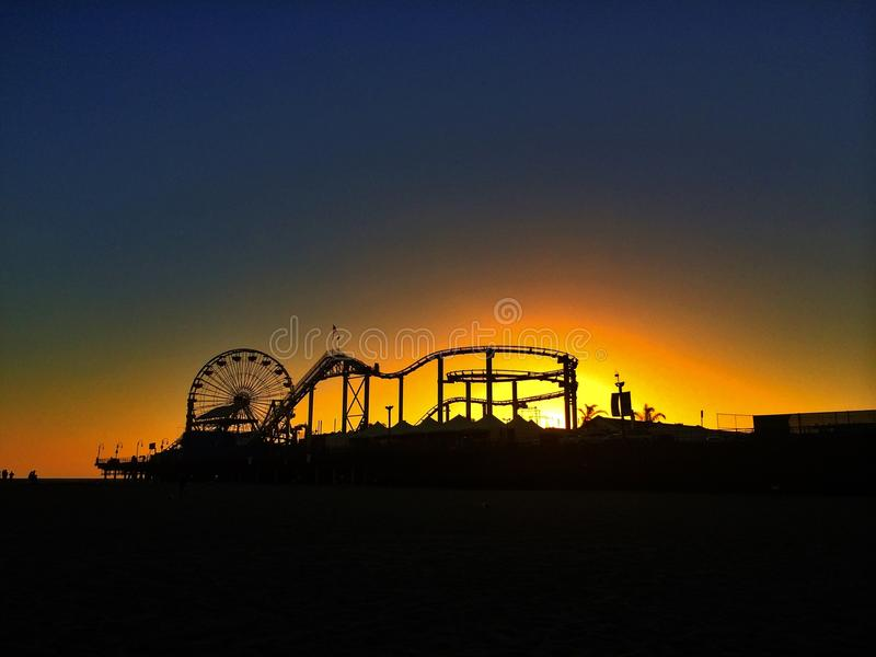 Sonnenuntergang-Spaß bei Santa Monica lizenzfreie stockfotos
