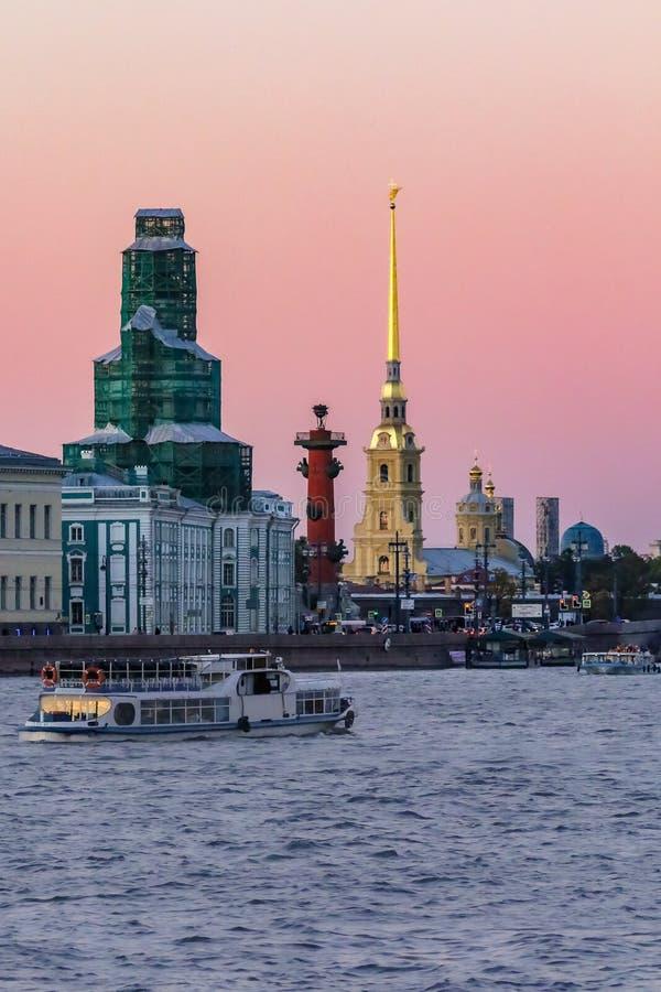 Sonnenuntergang in St Petersburg über dem Neva-Fluss mit der Ansicht des Palast-Dammes und des Peter- und Paul Fortress-Helms lizenzfreie stockfotografie