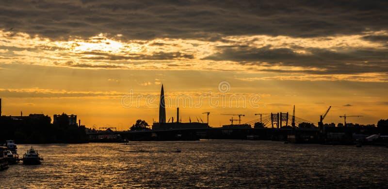 Sonnenuntergang in St Petersburg mit Blick auf die Stadt lizenzfreie stockfotos