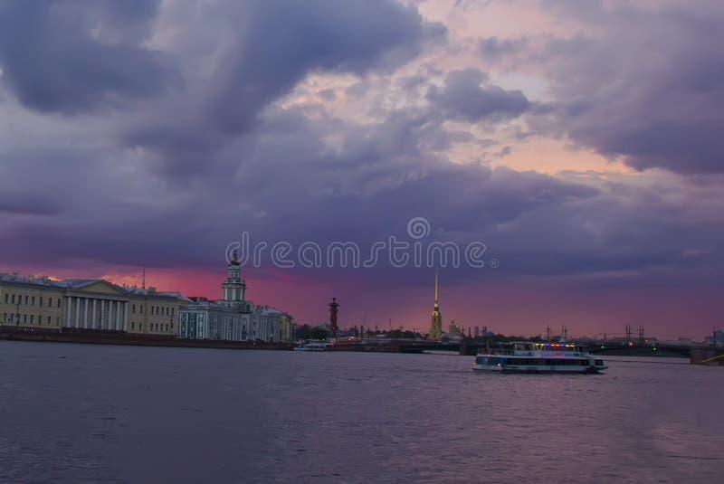 Sonnenuntergang in St Petersburg, Russland stockbilder