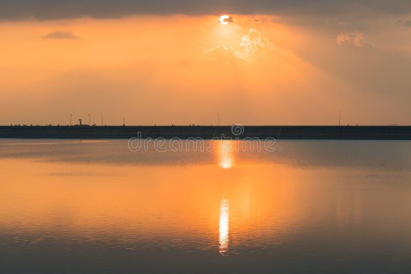 Sonnenuntergang am Stausee Lam TaKhong, Nakhon Ratchasima Thailand stockbild