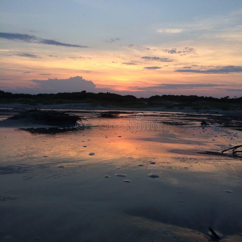 Sonnenuntergang am Strand lizenzfreie stockbilder