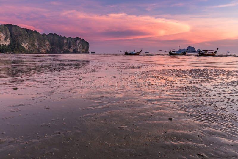 Sonnenuntergang an Strand AO Nang, Krabi, Thailand lizenzfreie stockfotografie