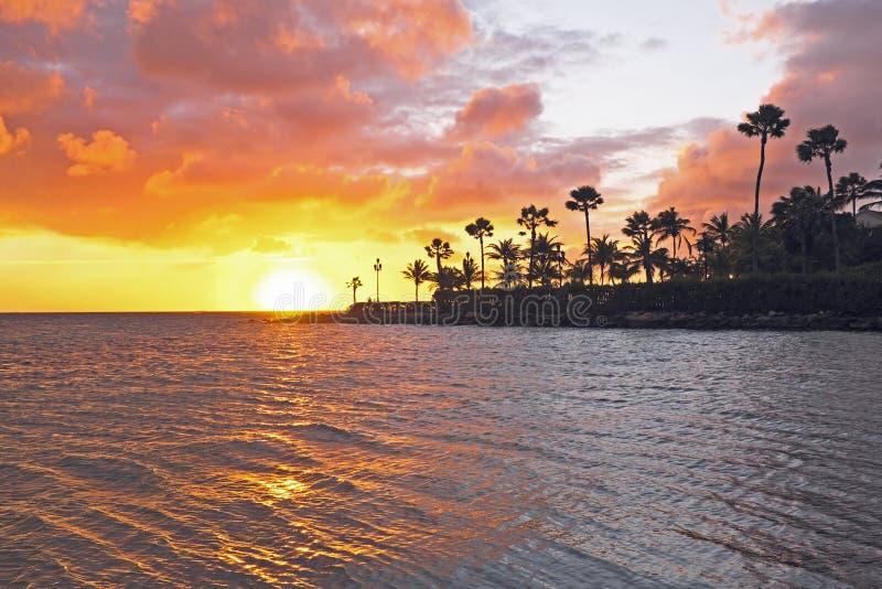 Sonnenuntergang am Strand auf Aruba lizenzfreies stockbild