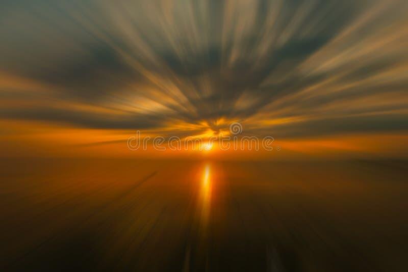 Sonnenuntergang am Strand Die Schönheit eines tropischen Strandes in Thailand lizenzfreies stockbild