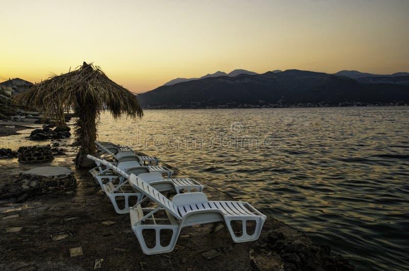 Sonnenuntergang am Strand in Montenegro lizenzfreies stockfoto
