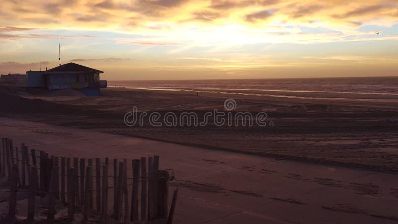 Sonnenuntergang am Strand in Noordwijk die Niederlande lizenzfreies stockbild