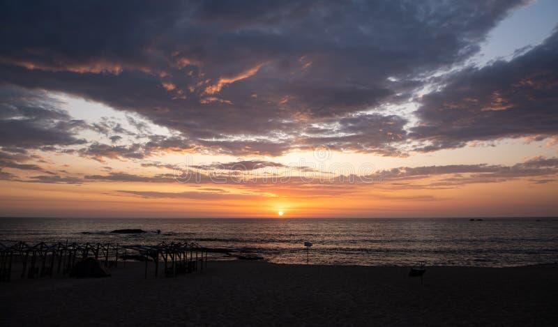 Sonnenuntergang am Strand von Povoa de Varzim, Portugal lizenzfreies stockfoto