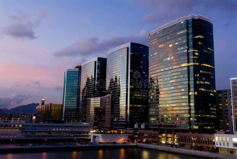 Sonnenuntergang-Szene der Büro-Kontrolltürme am Victoria-Hafen lizenzfreie stockfotos