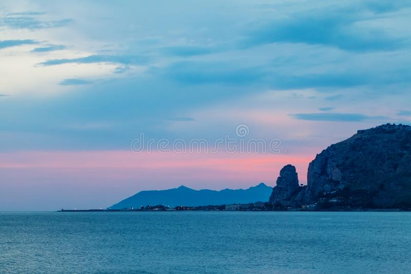 Sonnenuntergang in Terracina, Lazio, Latina, Italien lizenzfreie stockfotos