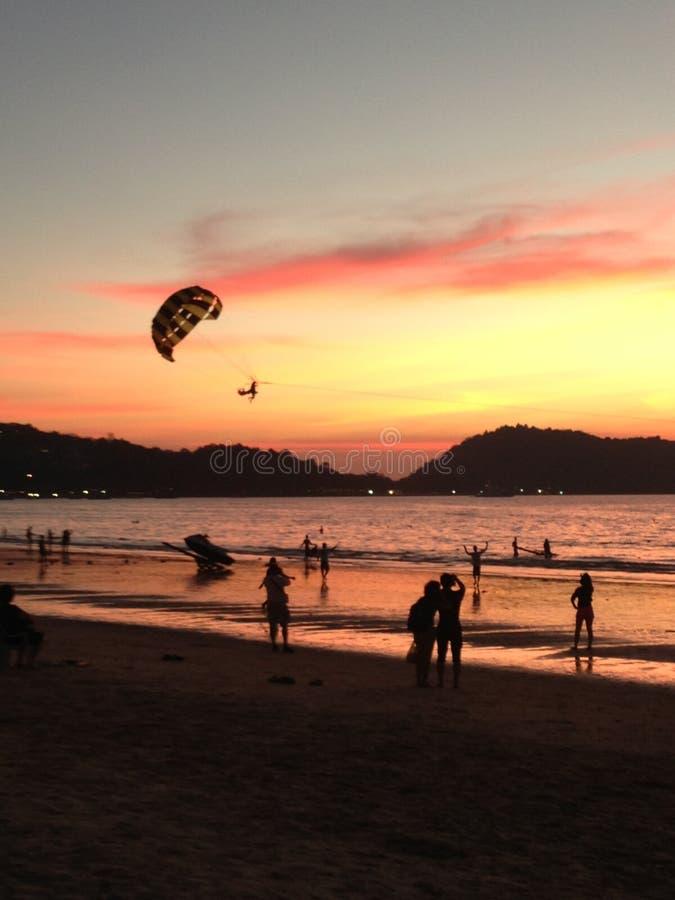 Sonnenuntergang in Thailand-Strand lizenzfreies stockfoto
