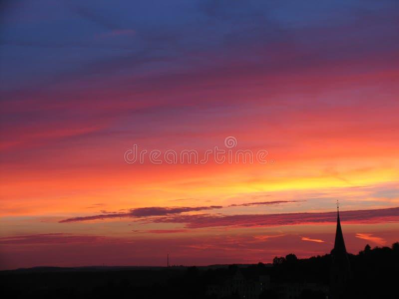 Sonnenuntergang u. Kirche lizenzfreie stockfotos