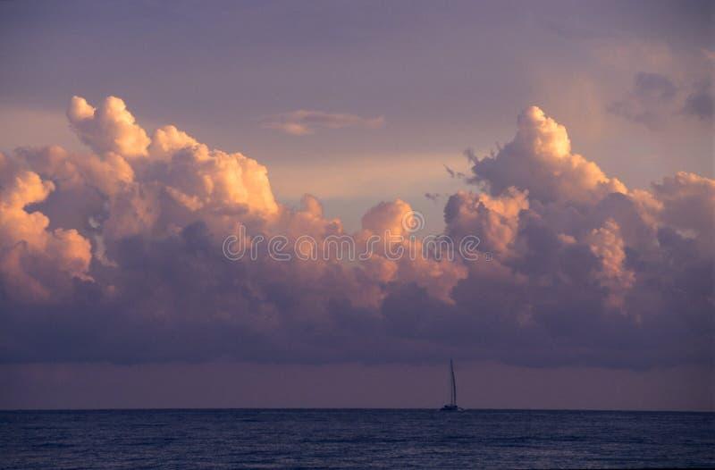 Sonnenuntergang u. Kumuluswolken - Dominikanische Republik lizenzfreie stockfotografie