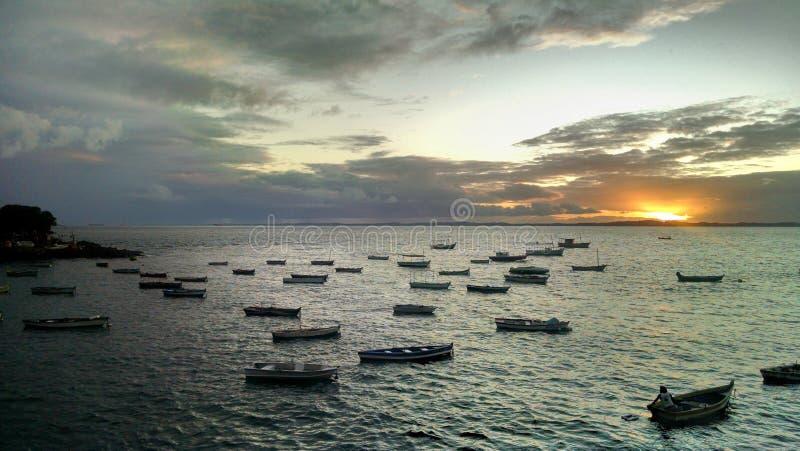 Sonnenuntergang und Boote stockbilder