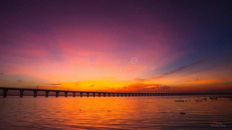 Sonnenuntergang und Brücke lizenzfreie stockfotos
