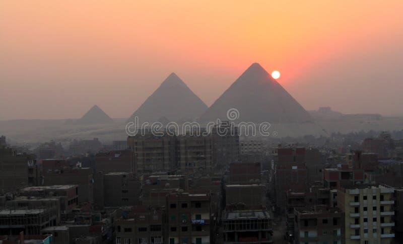 Sonnenuntergang und die Pyramiden lizenzfreie stockfotos
