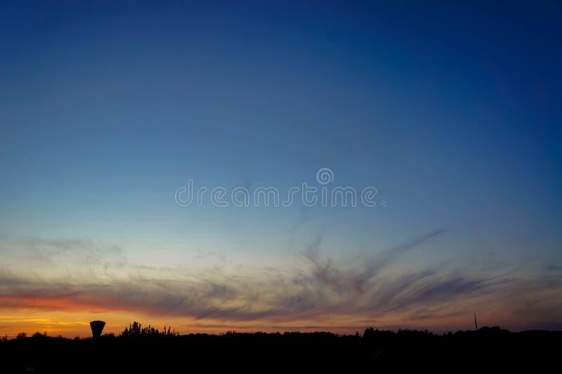 Sonnenuntergang und ein Wasserturm stockbild