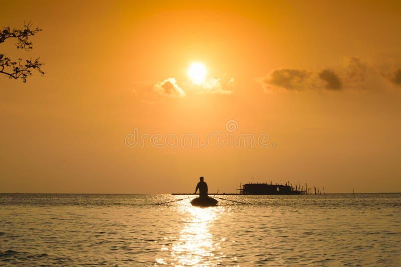 Sonnenuntergang- und Fischerschattenbild lizenzfreies stockbild