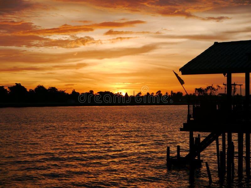 Sonnenuntergang und Fluss stockfoto