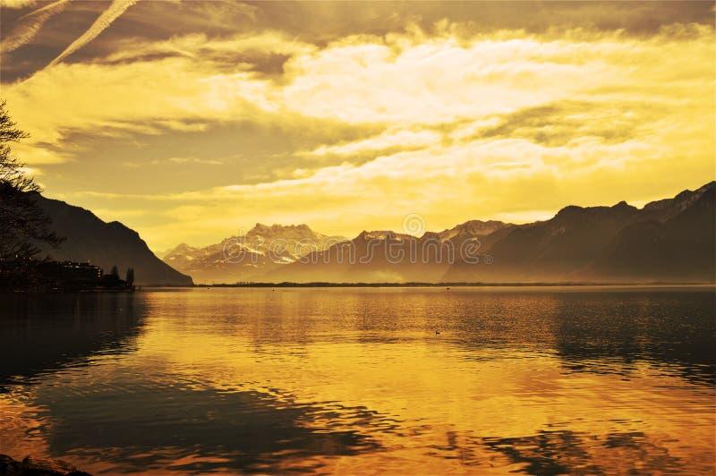 Sonnenuntergang und Geneva See, Montreaux, die Schweiz lizenzfreie stockfotografie
