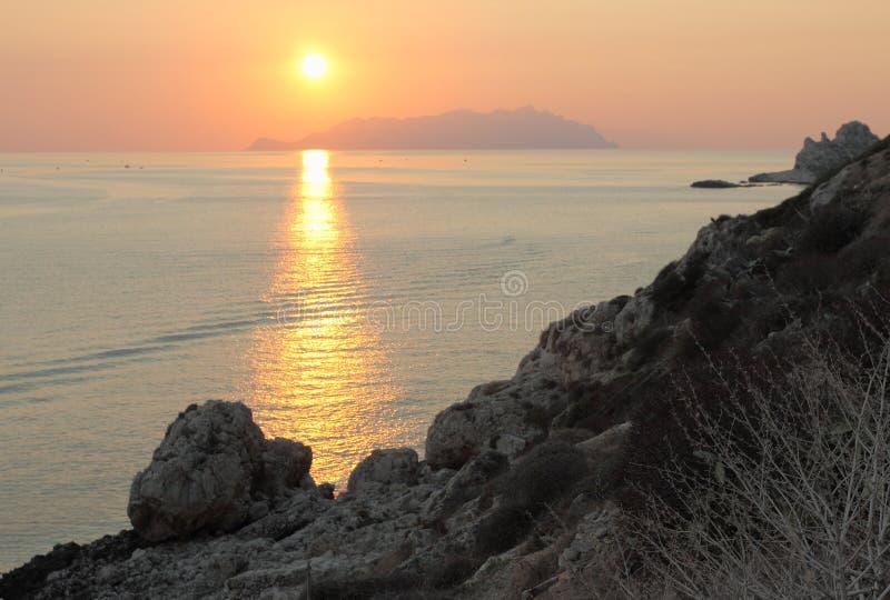 Sonnenuntergang und Marettimo lizenzfreies stockfoto
