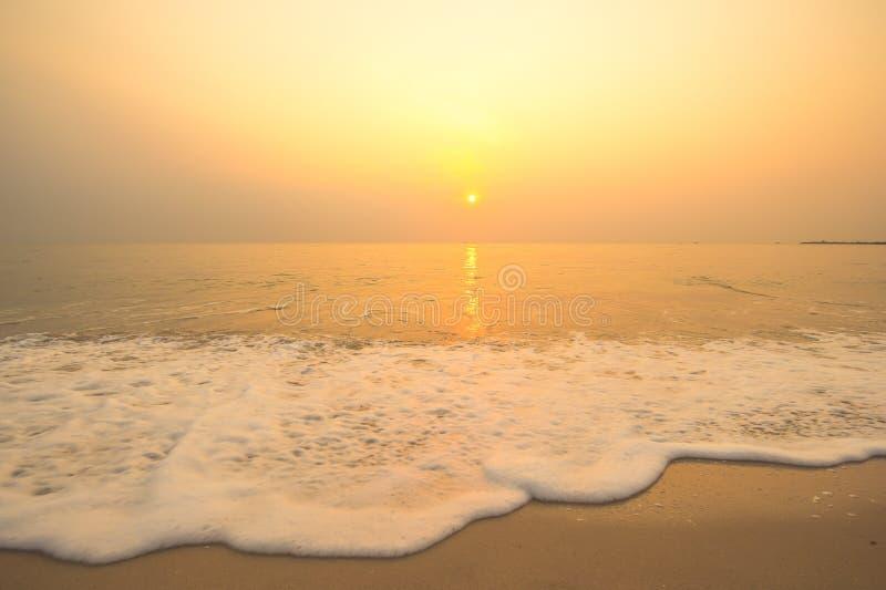 Sonnenuntergang und Meer auf Strand lizenzfreies stockfoto