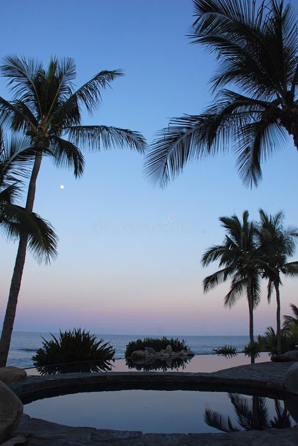 Sonnenuntergang und Moonrise am Pool Los Cabos Mexiko 2 lizenzfreies stockbild
