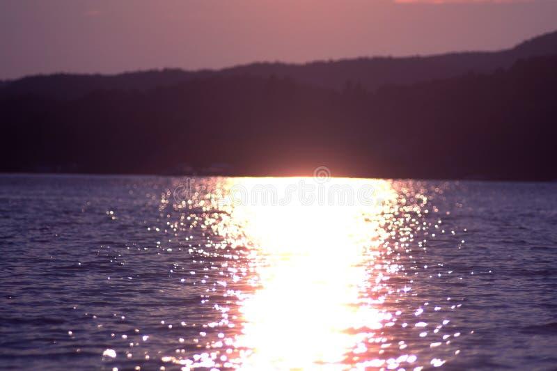 Sonnenuntergang und Reflexion lizenzfreie stockfotos