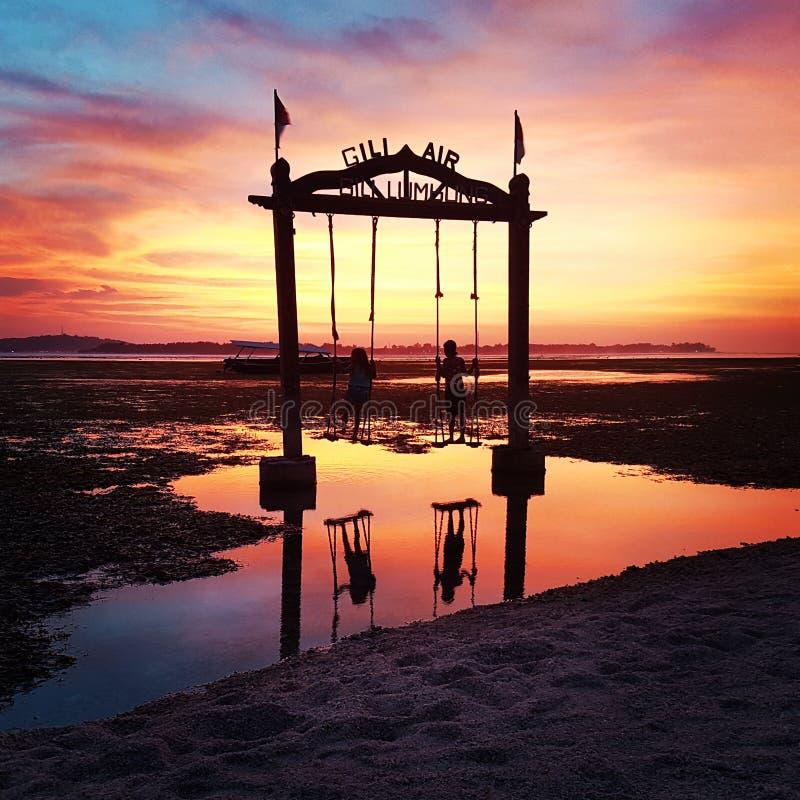 Sonnenuntergang und Schwingen stockfotos