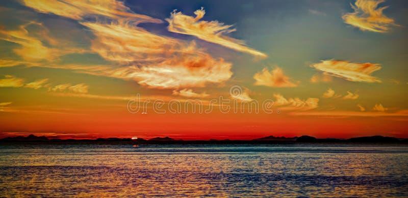 Sonnenuntergang und Sonnenaufgang über dem Meer und dem Lofoten-Archipel von der Fähre Moskenes - Bodo, Norwegen lizenzfreie stockbilder