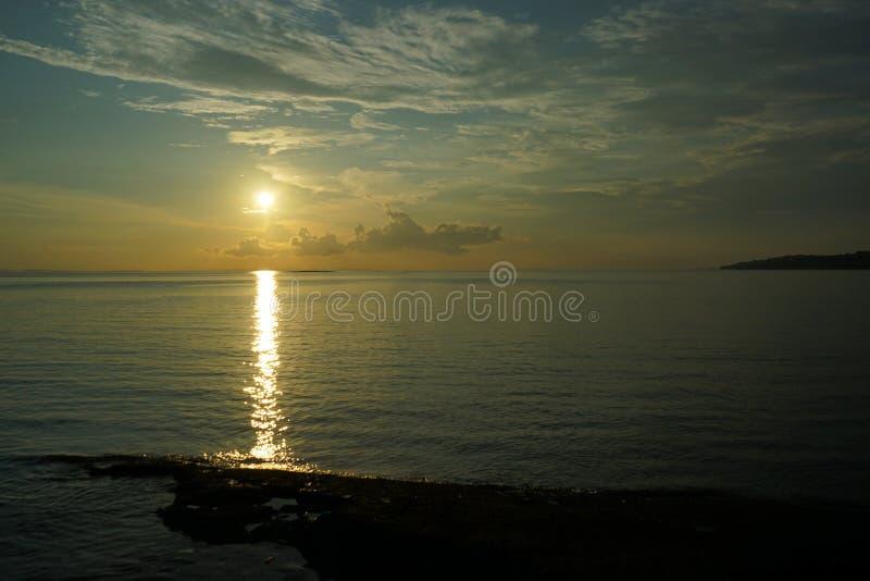Sonnenuntergang und Sonnenaufgang mit drastischem Himmel über Ozean lizenzfreies stockbild