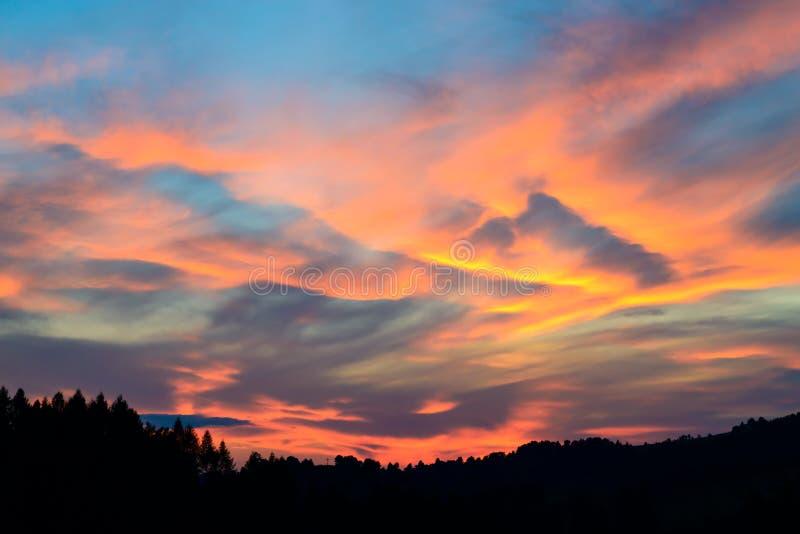 Sonnenuntergang und stürmische Wolken über Feldern und Hügel in Pieniny-Bergen lizenzfreies stockbild
