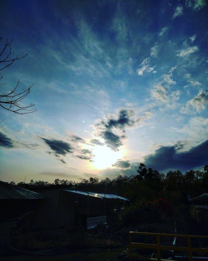 Sonnenuntergang und Wolken stockfotografie