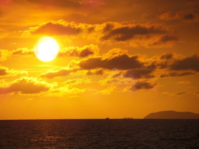 Sonnenuntergang- und Wolkengoldfarbe über Meer am Abend stockfoto