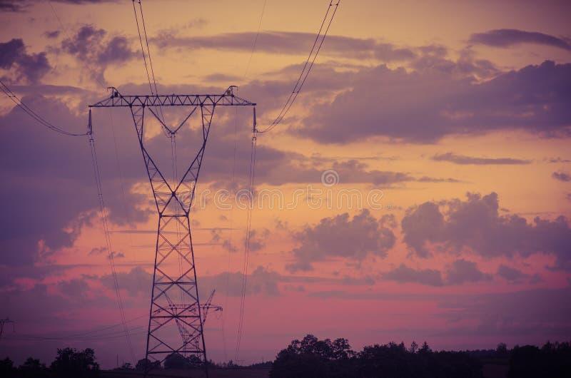 Sonnenuntergang unter dem Hochspannungsturm im Hintergrund lizenzfreie stockfotografie