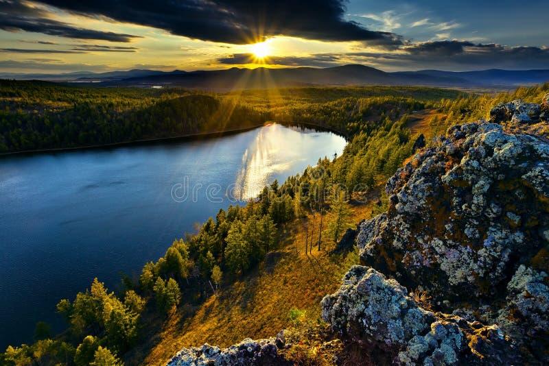 Sonnenuntergang unter dem See und dem Wald lizenzfreie stockfotografie